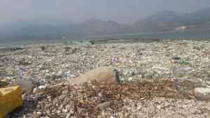 Desechos sólidos sobre el Lago de Amatitlán